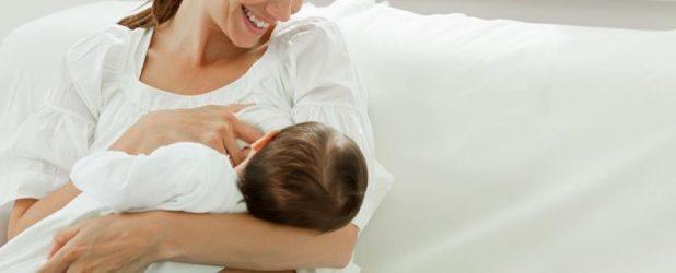 Мама кормит младенца грудью