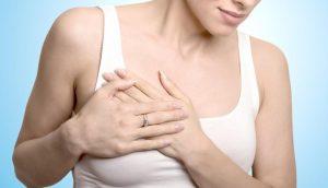 Женщина испытывает боль в груди