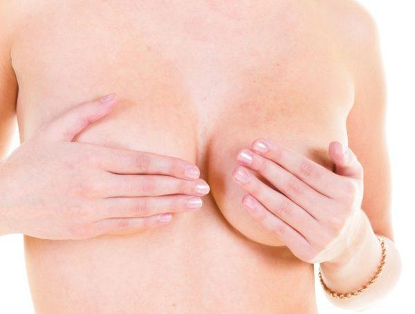 Женщина осматривает грудь