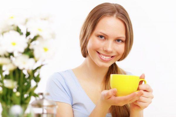 Женщина с чашкой в руке