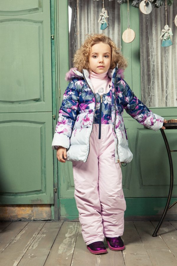 Девочка в зимней куртке и комбинезоне