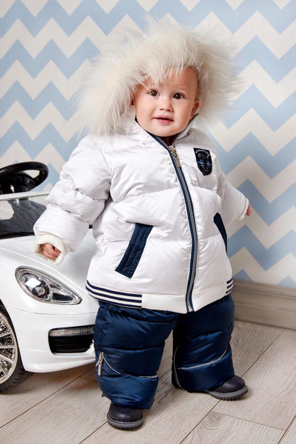 Маленький мальчик в зимнем костюме