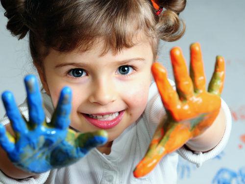 Девочка, у которой ладошки в краске