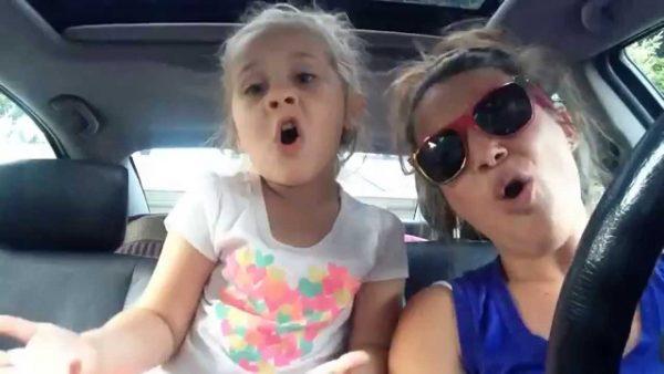 Мама и дочка в машине поют