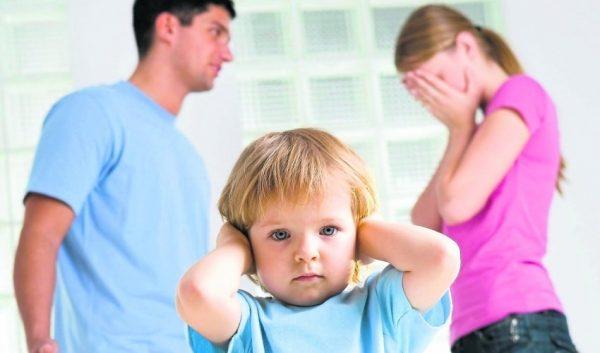 Папа и мама ругаются перед малышом
