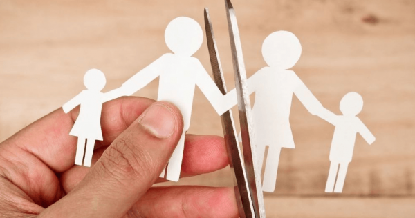 Ножницами разрезают бумажное изображение семьи