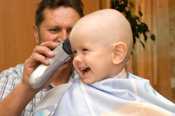 Папа стрижёт ребёнка дома