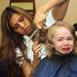 Ребёнок плачет у парикмахера