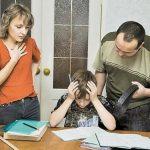 Мальчик делает уроки, отец стоит с ремнём, а мать переживает