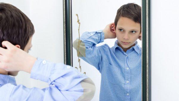Мальчик смотрится в зеркало