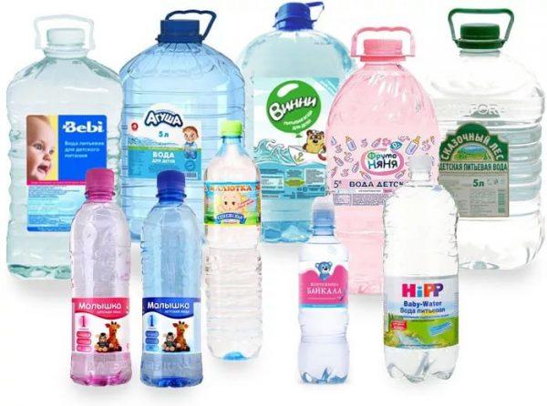 Детская вода в пластиковых бутылках разных производителей