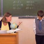 Учитель сурово смотрит на ученика и указывает на него рукой
