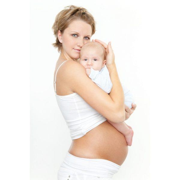 Беременная женщина с грудным ребёнком