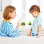 Мама грозит дочке пальцем