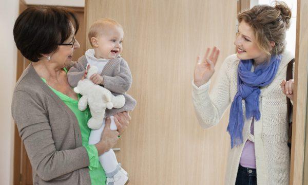 Мама оставляет ребёнка с бабушкой, а сама уходит