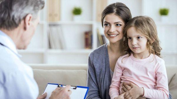 Мама с дочкой у врача