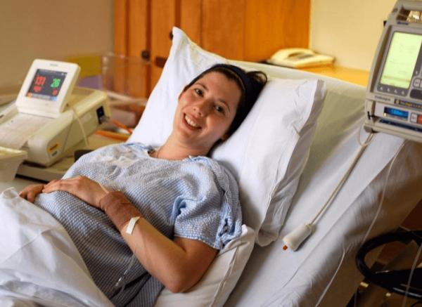 Беременная женщина лежит на кушетке