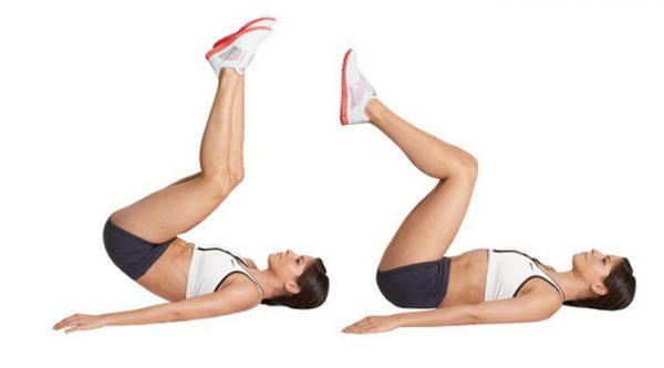 Женщина поднимает нижнюю часть тела