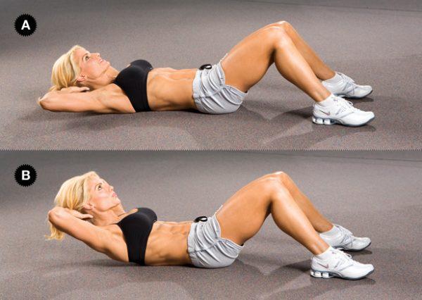 Женщина лежит на спине с согнутыми ногами и поднмает верхнюю часть туловища