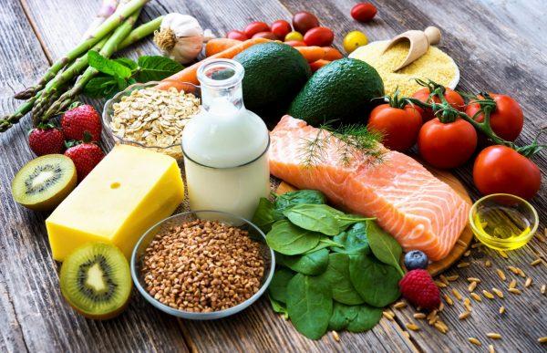 Продукты, богатые витаминами лежат на столе
