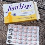 Таблетки и упаковка Фемибиона на столе