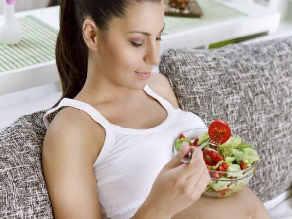 Беременная ест овощной салат