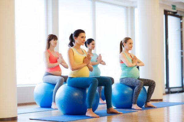 Бременные делают упражнения на фитболе