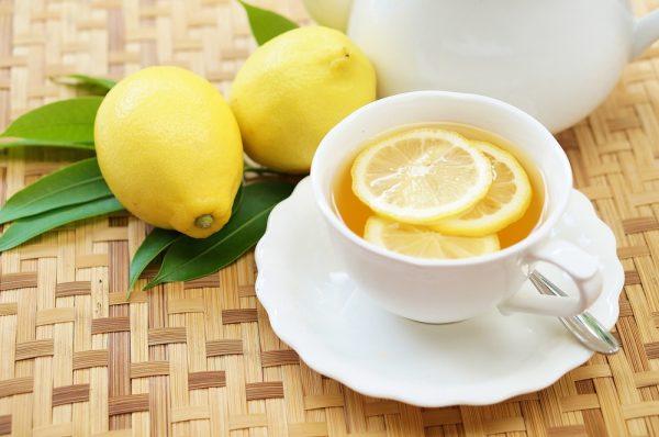 чай с дольками лимона в чашке