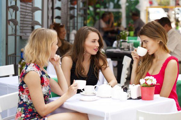 три девушки за столиком