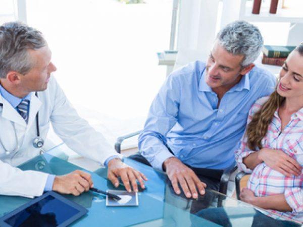 женщина и мужчина беседуют с врачом