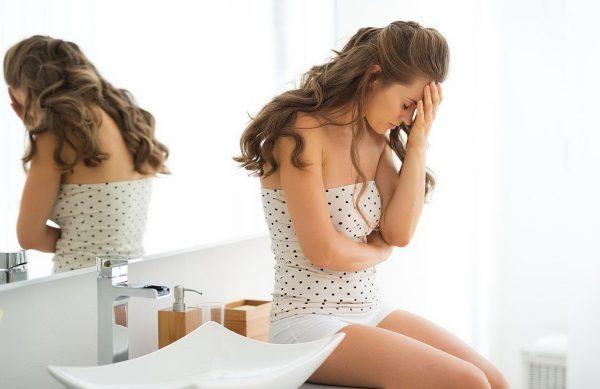 Расстроенная женщина сидит в ванной комнате