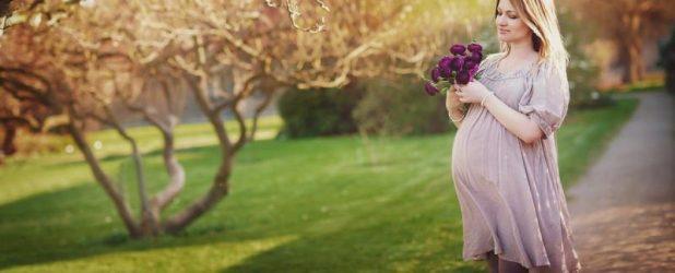 Женщина в саду на 28-й неделе беременности