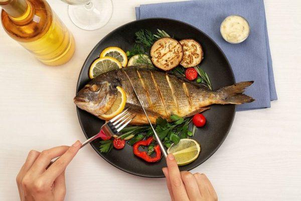 Тарелка с приготовленной рыбой