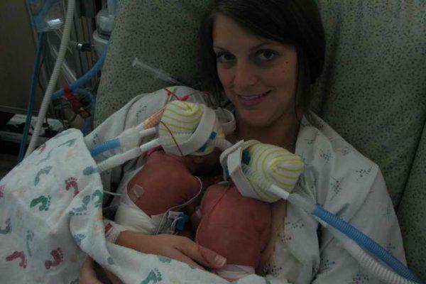 Женщина с новорождёнными близнецами на 27-й неделе беременности