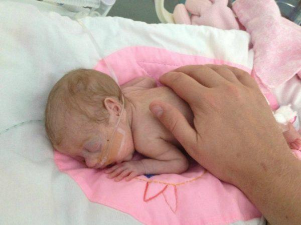 новорождённый с малым весом подключён к аппарату