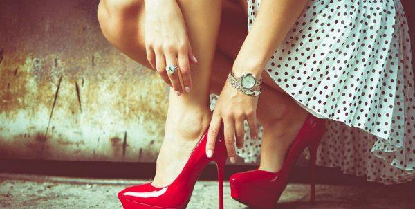 Женщина в красных туфлях на шпильке