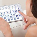 Женщина смотрит на календарь