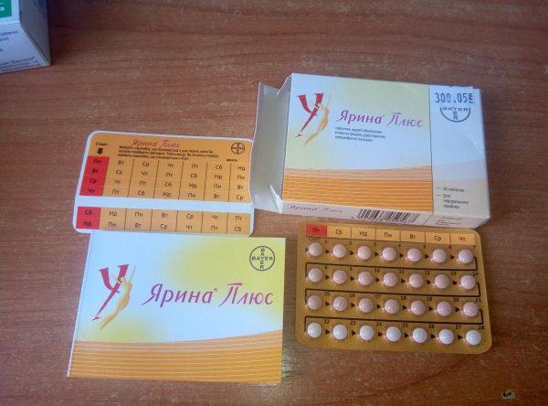Упаковка противозачаточных таблеток и её содержимое лежат на столе