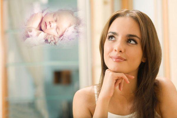Женщина улыбается и представляет себе младенца