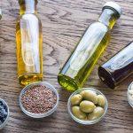 Растительные масла в бутылочках на столе
