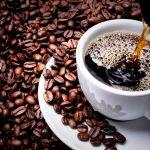 Кофе в чашке и кофейные зёрна